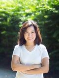 Parte externa feliz de sorriso da mulher asiática no parque imagem de stock