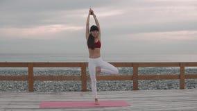 Parte externa praticando da ioga da mulher da aptidão video estoque