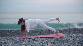 Parte externa praticando da ioga da mulher do esporte video estoque