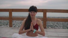 Parte externa saudável da ioga das práticas da mulher video estoque