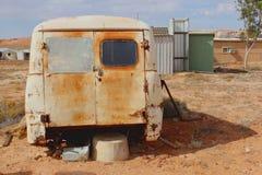 Parte final de uma destruição oxidada do carro na área de mineração do Sul da Austrália foto de stock royalty free