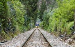 Parte frontal del tren en vías de ferrocarril Foto de archivo