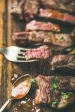 Parte grelhada do bife do ribeye na forquilha fotografia de stock royalty free