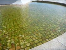 Parte inferior de la fuente de agua pavimentada con los adoquines Fotografía de archivo libre de regalías