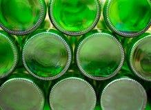 Parte inferior de las botellas de cristal vacías de cerveza fotos de archivo libres de regalías