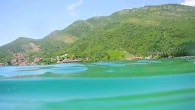 Parte inferior de mar sob a água Águas do Adriático, Montenegro texto video estoque