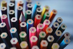 Parte inferior de pastéis de madeira coloridos em um lápis afiado da cor foto de stock