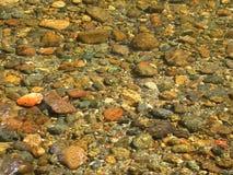 Parte inferior de río rocosa fotografía de archivo