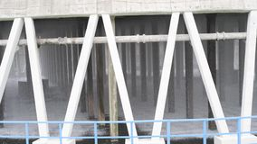 Parte inferior de uma torre refrigerando no central nuclear bonde filme