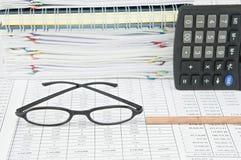 Parte inferior do lápis e de espetáculos marrons na conta da finança Imagem de Stock