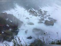 A parte inferior do véu nupcial cai em Niagara Falls fotos de stock