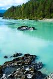 Parte inferior pedregosa del río de la turquesa Imagenes de archivo