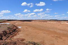Parte inferior seca de um lago pequeno Foto de Stock
