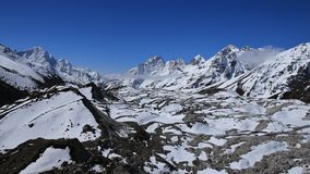 Parte inferiore di ghiacciaio e di alte montagne di Ngozumba Immagini Stock