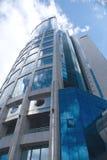 Parte inferiore moderna della costruzione della torretta dell'ufficio sulla vista Immagini Stock