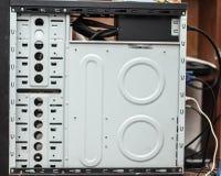 Parte interna dell'intelaiatura del computer Posti per installazione dei dischi rigidi e degli azionamenti semi conduttori nella  immagini stock
