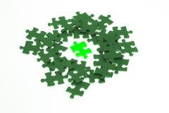 Parte isolata del puzzle di puzzle lumious verde Immagine Stock