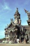 Parte lateral del santuario de madera del templo budista de la verdad en Pattay Fotografía de archivo