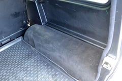 Parte lateral vacía abierta del arco del tronco de un primer del suv del coche después de lavarse y de limpiar con la aspiradora  imágenes de archivo libres de regalías