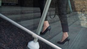 Parte mais inferior da mulher de negócio no terno formal que anda acima da escada exterior vídeos de arquivo