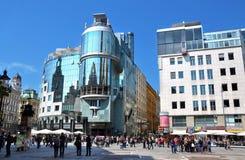 Parte moderna de la ciudad, con la calle cuadrada y principal con caminar viena austria Fotografía de archivo