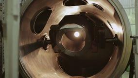 Parte movente dentro da planta industrial Os trabalhos da máquina video estoque