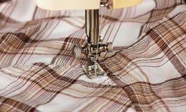 Máquina de coser con la tela Fotografía de archivo