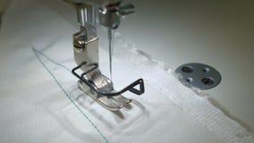 Parte operante de la máquina de coser en la acción almacen de metraje de vídeo
