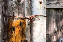 Parte oxidada de fio em uma cerca de madeira fotos de stock