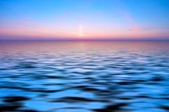 Parte posterior abstracta del océano y de la puesta del sol Foto de archivo