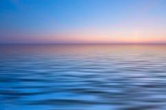Parte posterior abstracta del océano y de la puesta del sol Foto de archivo libre de regalías