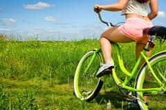 Parte posterior atractiva de la mujer atractiva joven en el crucero de la bicicleta en naturaleza Foto de archivo