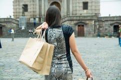 Parte posterior con clase morena de la mujer que hace frente a caminar de la cámara Fotos de archivo