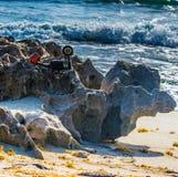 Parte posterior de la cámara del vintage en la playa fotografía de archivo libre de regalías