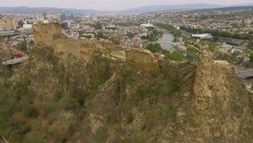 Parte posterior de la fortaleza de Narikala, atracción histórica famosa en Tbilisi, Georgia metrajes