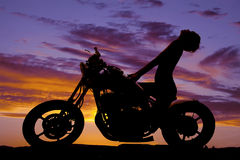 Parte posterior de la manera de la cabeza de la motocicleta de la mujer de la silueta Foto de archivo