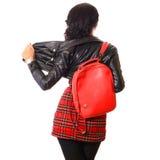 Parte posterior de la mujer joven con el bolso rojo Fotografía de archivo libre de regalías