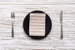 Parte posterior de madera blanca de la tabla de la placa de la servilleta de la bifurcación de los cubiertos vacíos del cuchillo Fotografía de archivo libre de regalías
