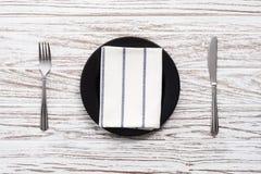 Parte posterior de madera blanca de la tabla de la placa de la servilleta de la bifurcación de los cubiertos vacíos del cuchillo Imágenes de archivo libres de regalías