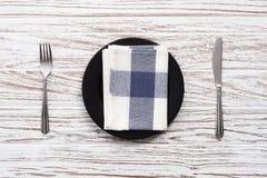 Parte posterior de madera blanca de la tabla de la placa de la servilleta de la bifurcación de los cubiertos vacíos del cuchillo Foto de archivo libre de regalías