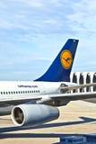 Parte posterior de un avión de Lufthansa en la tierra Imagen de archivo