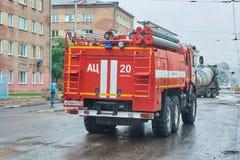 Parte posterior del coche de bomberos KAMAZ-43118 imagen de archivo