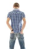 Parte posterior del hombre joven, manos en bolsillos Imagenes de archivo