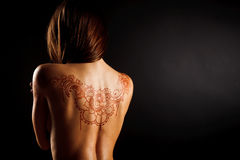 Parte posterior desnuda de la chica joven con mehendi del tatuaje de la alheña Imagenes de archivo