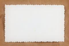 Parte posterior en blanco de la foto de la vendimia en el papel arrugado Fotos de archivo