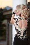 Parte posterior hermosa de la señora en vestido elegante hairstyle Maquillaje rojo de los labios imagen de archivo libre de regalías