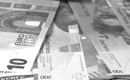 Parte posterior y blanco euro del fondo del franco suizo del dinero Imagenes de archivo