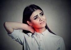 Parte posterior y enfermedad de la espina dorsal Mujer que da masajes al cuello doloroso coloreado en rojo Imágenes de archivo libres de regalías