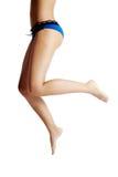 Parte posterior y piernas de la mujer, en ropa interior azul Fotografía de archivo libre de regalías