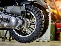 Parte posteriore del motorino Deposito della bici Ruota del motociclo fotografia stock libera da diritti